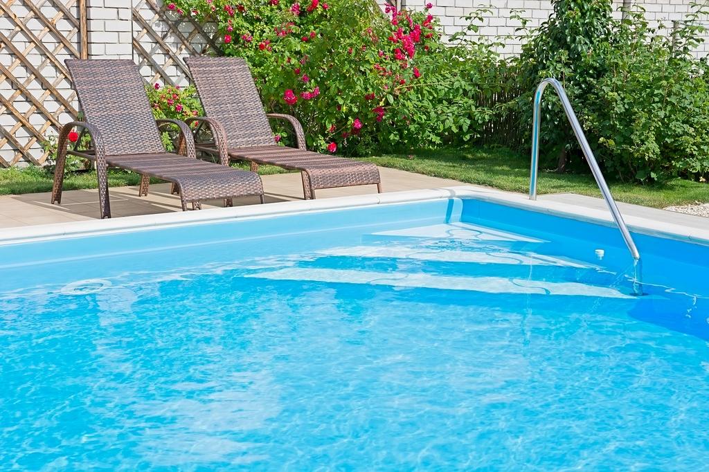 nettoyage piscine cool envoyer par email with nettoyage piscine great comment bien hiverner sa. Black Bedroom Furniture Sets. Home Design Ideas